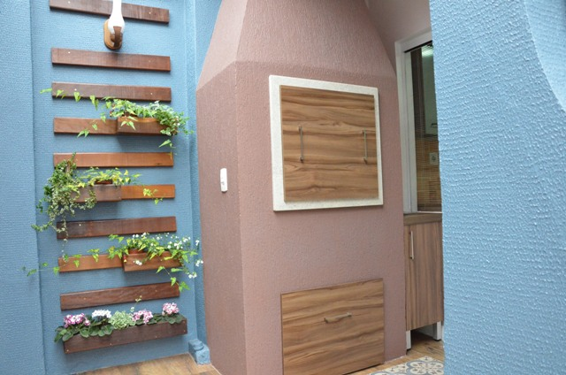 jardim vertical tijolo:Jardim vertical e churrasqueira reformada com textura em rosa escuro